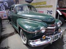 Tentoonstelling van retro auto's Groene auto ?Oldsmobile ?, bouwjaar 1941, capaciteit 115 HP, de V.S. Het oudste Amerikaanse merk stock afbeelding