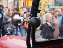 Tentoonstelling van retro auto's op de straten van de stad royalty-vrije stock foto's
