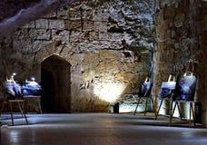 Tentoonstelling van schilderijen in het ondergrondse kasteel van de Kruisvaarders royalty-vrije stock afbeeldingen