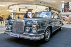 Tentoonstelling van zeldzame auto's van 40-70 jaren geleden van de 20ste eeuw Stock Afbeelding