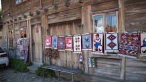 Tentoonstelling-verkoop van ambachten in het dorp van Zheravna in Bulgarije stock video