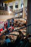 Tentoonstellingszaal en mensen Stock Foto