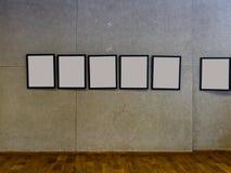 tentoonstellingszaal met concrete muren en lege omlijstingen Royalty-vrije Stock Afbeeldingen