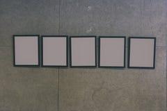 tentoonstellingszaal met concrete muren en lege omlijstingen - Stock Foto's