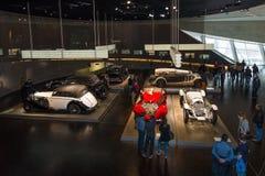 Tentoonstellingszaal met de auto's van de jaren '20 en van 30ste jaren van de 20ste eeuw Royalty-vrije Stock Fotografie