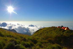 Ovannämnda moln för Tents Fotografering för Bildbyråer