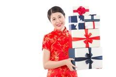 Tenuta allegra della donna che compera molte scatole Immagine Stock Libera da Diritti