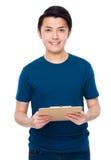 Tenuta asiatica del giovane con la lavagna per appunti Immagini Stock Libere da Diritti