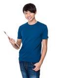 Tenuta asiatica dell'uomo con la lavagna per appunti Fotografie Stock Libere da Diritti