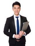 Tenuta asiatica dell'uomo d'affari con il computer portatile Fotografia Stock