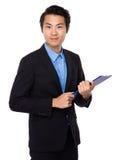 Tenuta asiatica dell'uomo d'affari con la lavagna per appunti Immagini Stock Libere da Diritti
