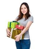 Tenuta asiatica della donna con i molti scatola attuale Immagine Stock Libera da Diritti