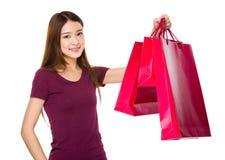 Tenuta asiatica della donna con il sacchetto della spesa Immagini Stock Libere da Diritti