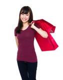 Tenuta asiatica della donna con il sacchetto della spesa Immagini Stock