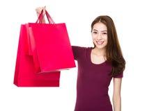 Tenuta asiatica della donna con il sacchetto della spesa Fotografia Stock Libera da Diritti