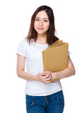 Tenuta asiatica della donna con la cartella Fotografie Stock