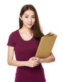 Tenuta asiatica della donna con la cartella Fotografia Stock Libera da Diritti