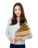 Tenuta asiatica della donna con la cartella Fotografia Stock