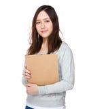 Tenuta asiatica della donna con la lavagna per appunti Fotografie Stock Libere da Diritti