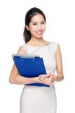 Tenuta asiatica della donna con la lavagna per appunti ed il computer portatile Fotografie Stock Libere da Diritti