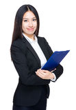 Tenuta asiatica della donna di affari con la lavagna per appunti fotografia stock