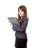 Tenuta asiatica della donna di affari una cartella e un sorriso immagini stock libere da diritti