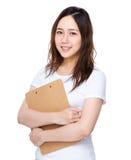 Tenuta asiatica della giovane donna con la lavagna per appunti Immagine Stock
