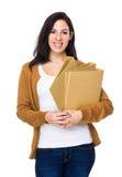 Tenuta castana della donna con la cartella Fotografie Stock Libere da Diritti