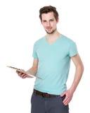 Tenuta caucasica dell'uomo con la lavagna per appunti Fotografia Stock Libera da Diritti