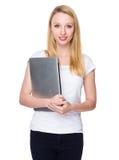 Tenuta caucasica della giovane donna con il computer portatile Fotografia Stock