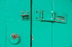 Tenuta chiave d'annata e porta sbloccata Fotografia Stock Libera da Diritti
