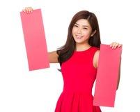 Tenuta cinese della donna con le paia della carta di rettangolo Fotografie Stock