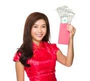 Tenuta cinese della donna con soldi fortunati con USD Fotografia Stock