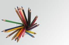 tenuta colourful dell'erba del fondo della matita di colore Fotografie Stock Libere da Diritti