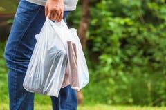 Tenuta dei sacchetti di plastica immagine stock libera da diritti