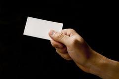 Tenuta del biglietto da visita in bianco Immagine Stock