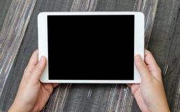 Tenuta del dispositivo in bianco della compressa Fotografia Stock
