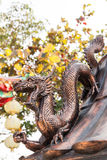 Tenuta del drago la palla ad un tempio Fotografia Stock Libera da Diritti