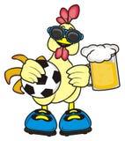 Tenuta del gallo un pallone da calcio e una birra Immagini Stock
