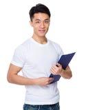 Tenuta del giovane con la lavagna per appunti Fotografie Stock Libere da Diritti