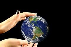 Tenuta del globo blu Fotografie Stock Libere da Diritti
