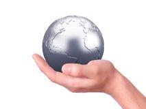 Tenuta del globo della terra in sue mani Immagini Stock