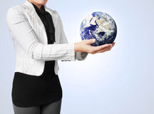 Tenuta del globo in sua mano Fotografia Stock