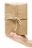 Tenuta del pacchetto del Brown Fotografia Stock Libera da Diritti