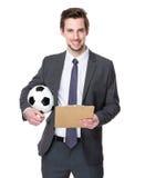 Tenuta del responsabile di calcio con un calcio e una lavagna per appunti Fotografia Stock