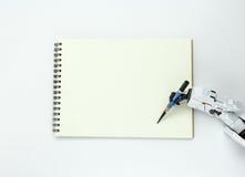 Tenuta del robot della mano una scrittura della matita sul fondo Fotografie Stock