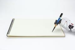 Tenuta del robot della mano una scrittura della matita sul fondo Fotografia Stock