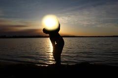 Tenuta del Sun sulla sua spalla Immagine Stock Libera da Diritti