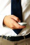 Tenuta del telefono mobile fotografia stock