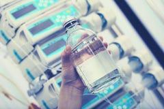 Tenuta dell'ufficiale sanitario nella bottiglia della soluzione della mano per il infusio del dispositivo di venipunzione immagine stock libera da diritti